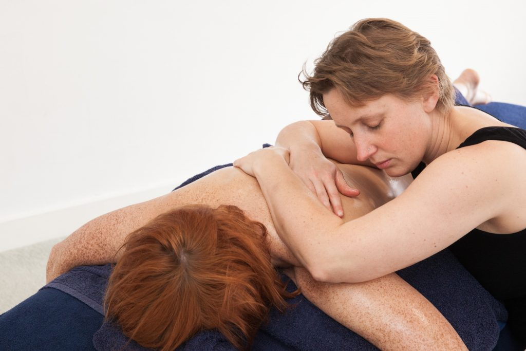 NO HANDS Master, Tigger MacGregor, delivering Massage on the back